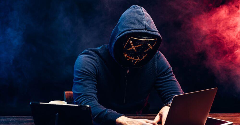 Image d'un hacker devant son ordinateur