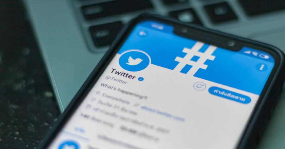 Imagen de un teléfono móvil con la aplicación de Twitter