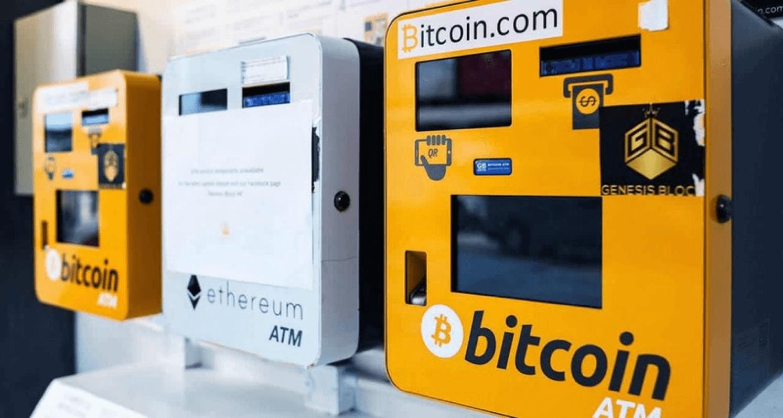 Bienvenue à l'ère de Bitcoin! La crypto-monnaie leader continue de pénétrer différents marchés et les distributeurs de crypto-monnaie se développent à leur tour. Leur fonction est simple: échanger de l'argent comptant contre du Bitcoin, ou vice versa. Vous souhaitez savoir où les trouver et comment ils fonctionnent? Dans ce guide, nous vous expliquons tout sur les distributeurs Bitcoin et comment gagner de l'argent avec les crypto-monnaies. Qu'est-ce qu'un distributeur de Bitcoin? Un distributeur automatique de Bitcoin est semblable à n'importe quel DAB d'une agence bancaire, la différence étant qu'il fonctionne avec des Bitcoins et de l'argent comptant. La technologie utilisée est l'ATM (Asynchronous Transfer Mode). D'autre part, un distributeur Bitcoin est fabriqué pour fonctionner à partir du réseau Bitcoin et de la blockchain afin d'effectuer les échanges. Toutefois, appeler un distributeur Bitcoin « ATM Bitcoin »serait une erreur, car il existe en fait plusieurs marques. En France, par exemple, les distributeurs ATM sont quasi inexistants, tandis qu'ils sont la référence aux États-Unis. De plus, il faut savoir qu'il s'agit d'une nouvelle technologie, il n'y a rien de standardisé pour l'instant et chaque ATM a ses propres caractéristiques. Certains distributeurs automatiques vous permettent seulement d'acheter du Bitcoin. Ceux-ci sont généralement identifiés par le message «Acheter du Bitcoin». D'autres sont des guichets Bitcoin bidirectionnels, c'est-à-dire qu'ils permettent d'acheter et de vendredes Bitcoins, et donc par extension de gagner de l'argent avec le Bitcoin. Combien coûtent les transactions à un distributeur automatique de Bitcoin? Le distributeur Bitcoin utilisera le taux de change du marché. Cependant, les transactions peuvent être beaucoup plus coûteuses sur ces appareils que chez un broker comme eToro. Cela est dû à plusieurs facteurs: • La fabrication, l'installation et l'entretien du distributeur automatique de Bitcoin • Le coût de l'échange d