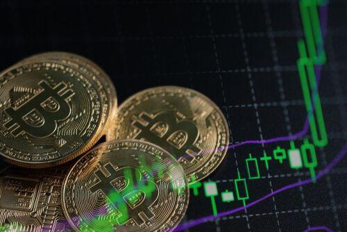 histoire bitcoin dates clés - représentation de pièces de Bitcoin