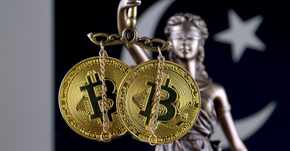 Symbole de la loi et de la justice, version physique de Bitcoin et drapeau du Pakistan